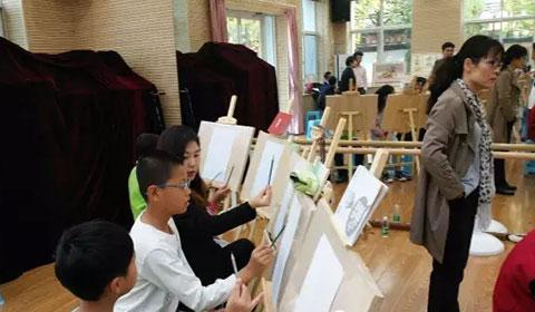 非凡画室老师们手把手教学生学习绘画-非凡画室 感恩社会 义务教学图片